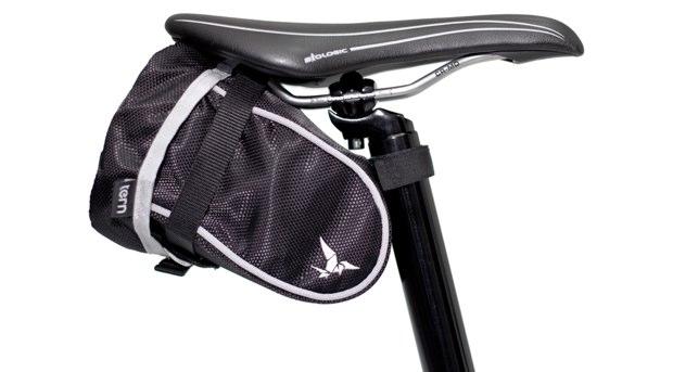 Funda plegada dentro debajo del sillín de la bicicleta.