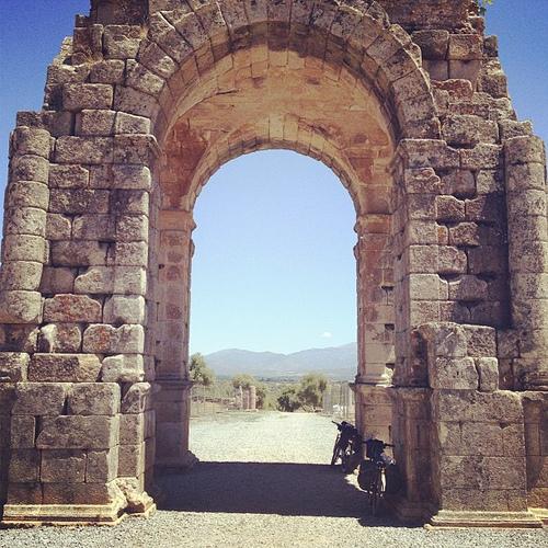 Un icono de la Vía de la Plata, el Arco de Cáparra, donde hicimos una parada para almorzar a la sombra, un monumento de 2000 años.