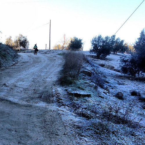 Subiendo por carriles congelados para salir de Montefrío (Granada).