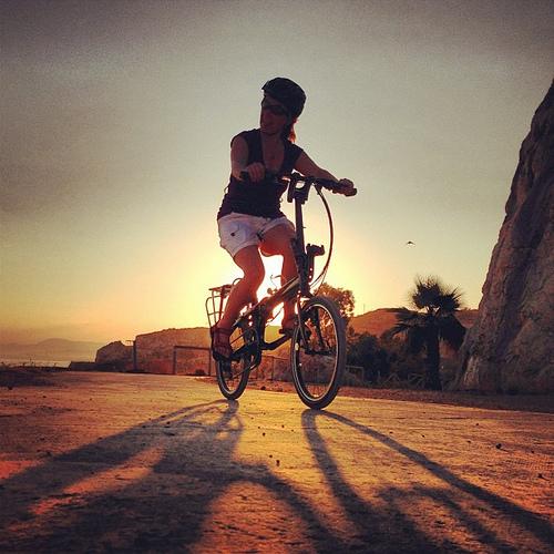 Yolanda pedaleando en su Tern Link P24h, en el Peñon del Cuervo (Málaga).