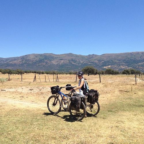 Yoli con las dos bicis en mitad de la nada, unas horas antes de llegar a Baños de Montemayor (Cáceres).