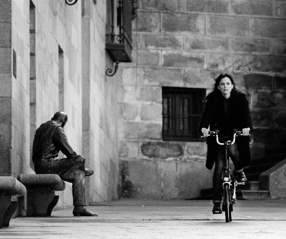 Elena Anaya en su Brompton, en el nº 1 de Ciclosfera.