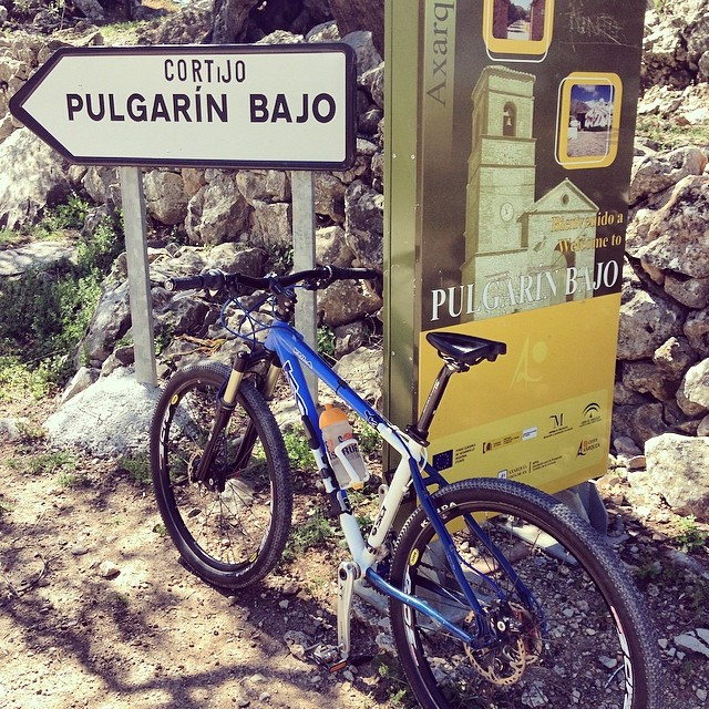 Pequeño descanso en las puertas de Pulgarín Bajo (La Axarquía, Málaga).