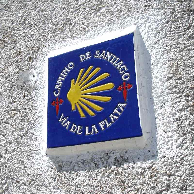 Señal del Camino de Santiago - Vía de la Plata, en El Real de la Jara (Sevilla).