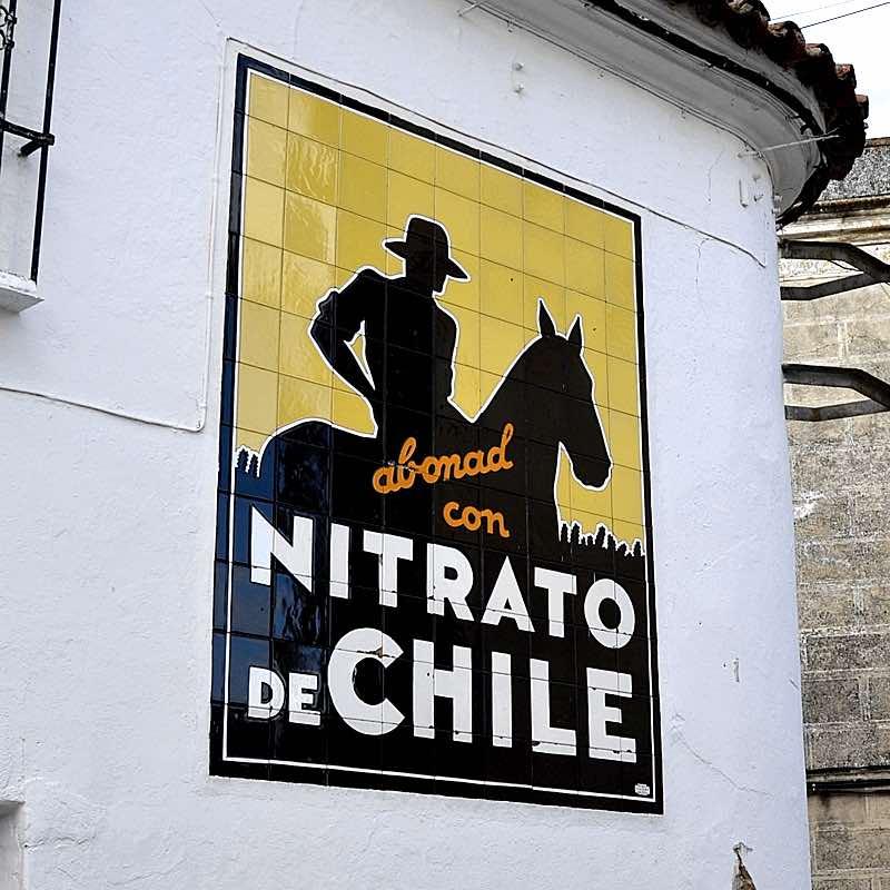 Cartel de Nitrato de Chile, típica estampa de la Vía de la Plata.