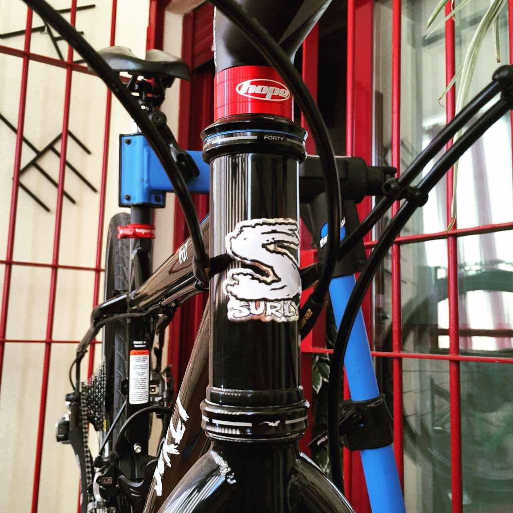 Detalle del separador de juego de dirección Hope Space Doctor en mi nueva bicicleta Surly Troll 2015.
