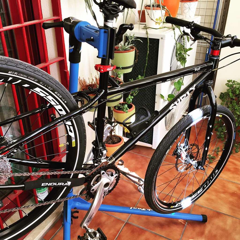 Mi bicicleta Surly Troll 2015 en mi taller personal (mi terraza) justo después de terminar el montaje final.