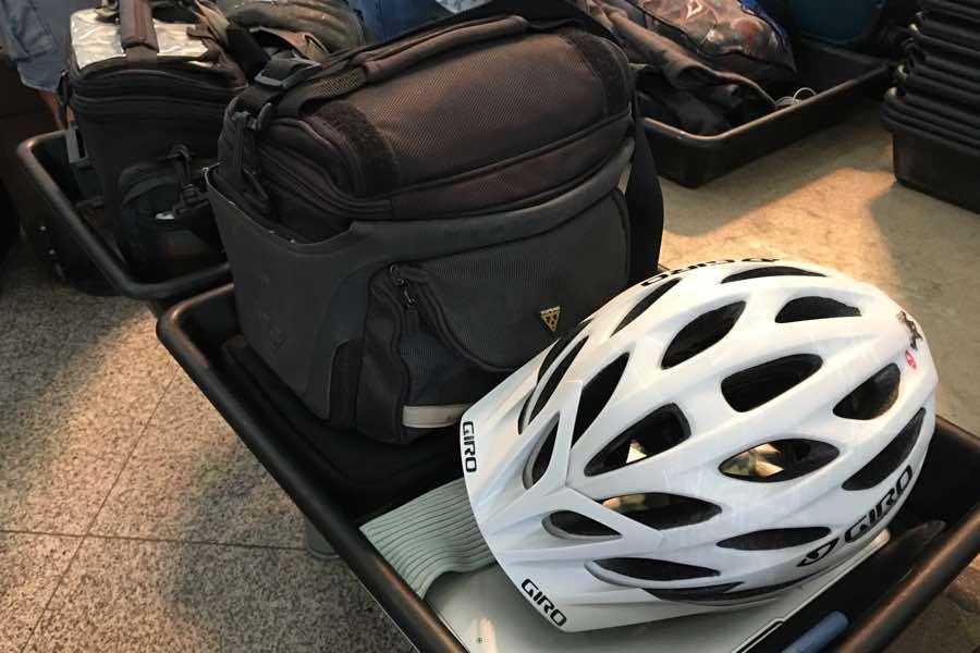 Todo lo equipaje facturado salvo los bolsos de manillar, cascos y portátil.