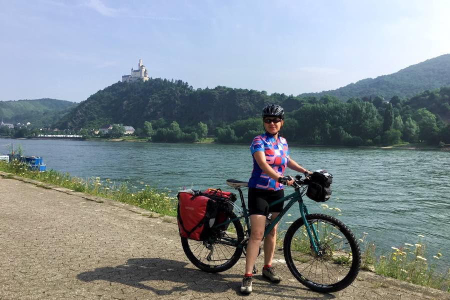 Viajando por el río Rin en bicicleta
