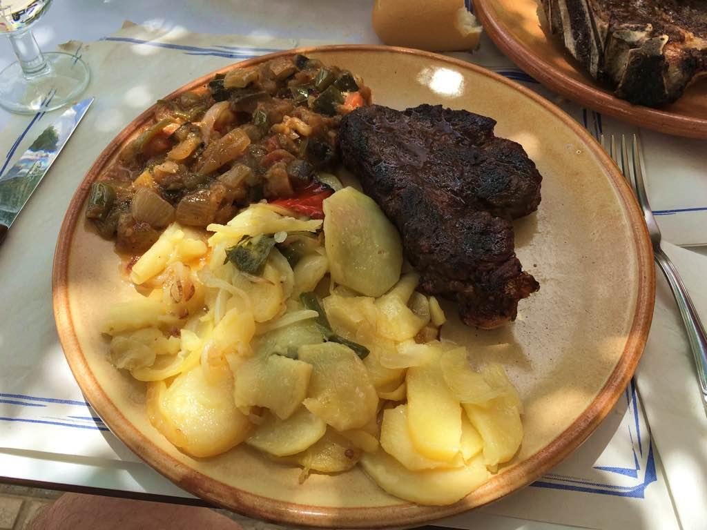 Solomillo de cerdo con pisto y patatas